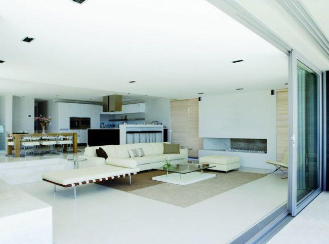 Фотографія надає приклад розташування траншейного опалення у вітальні